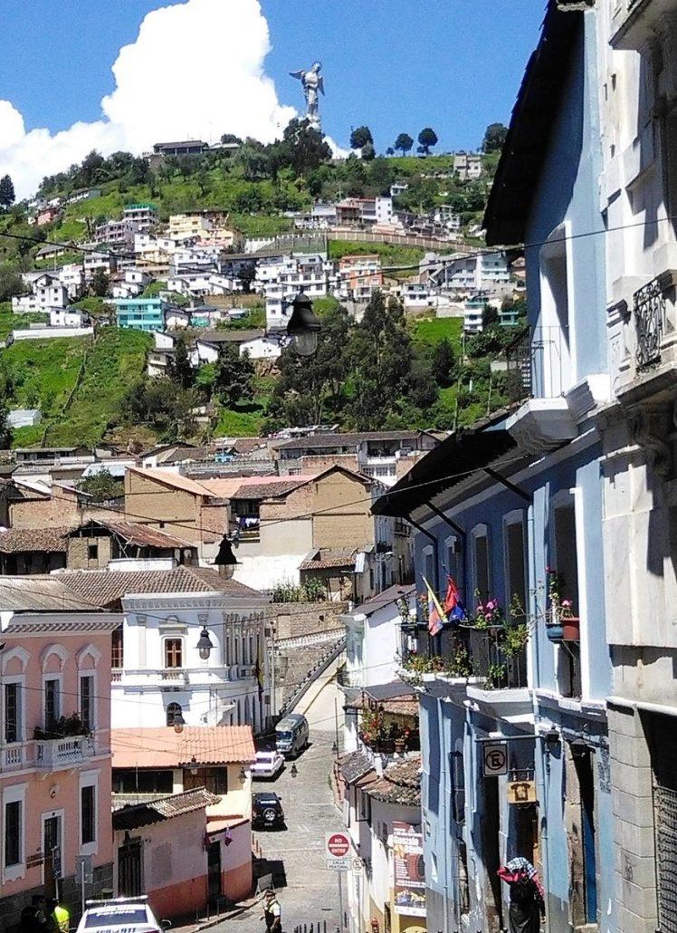la colinna de El Panecillo e la sua statua osservano La Ronda