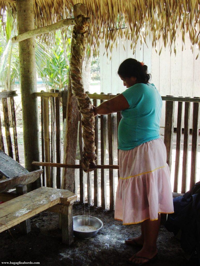 una fase della lavorazione della tapioca prima di essere mangiata