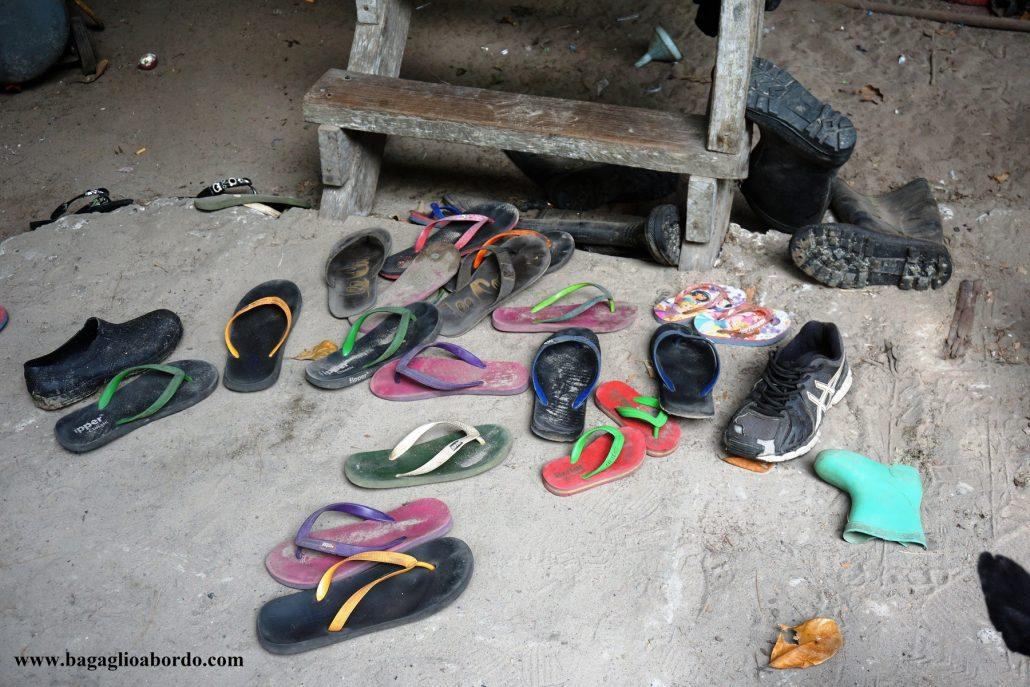 nella maggior parte delle case nel Borneo, prima di entrare si tolgono le scarpe