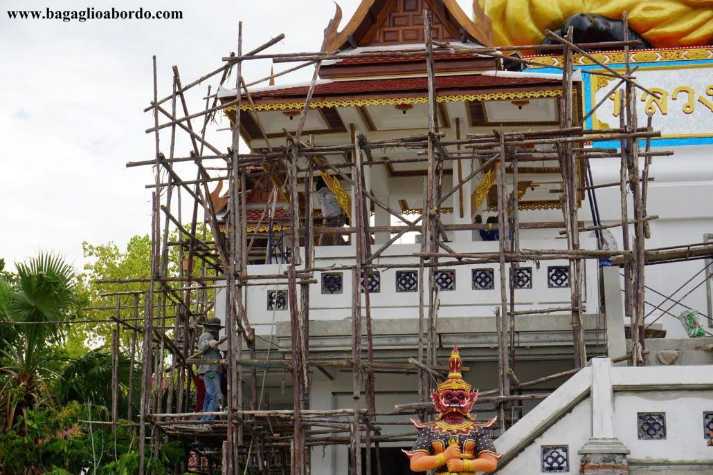 uomini al lavoro nella costruzione del tempio buddista