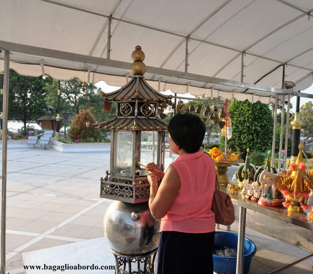 invocando benevolenza da parte di Buddha